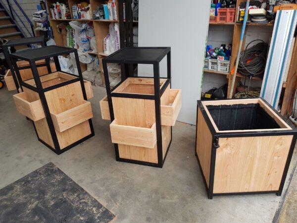 Stalen meubels - Stalen prullenbak - Douglas hout - terras horeca