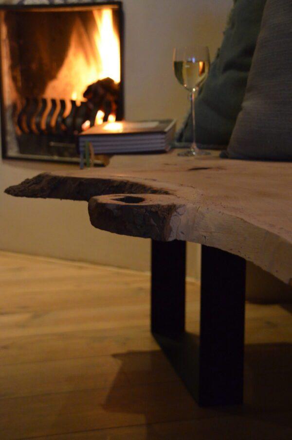 Boomstam bank tafel Mr Woodworm zwart stalen frame poedercoat houten blad bank close up schors
