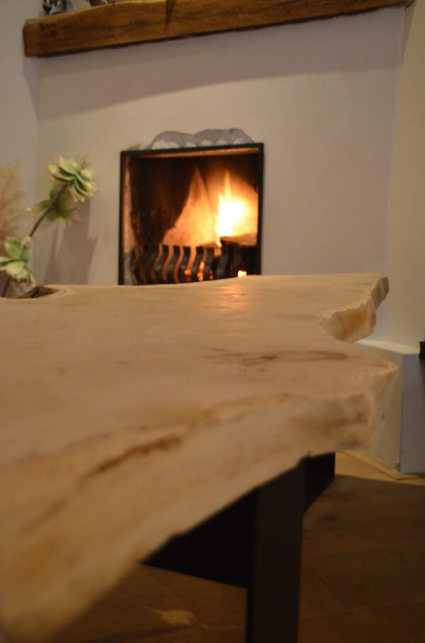Boomstam bank tafel Mr Woodworm zwart stalen frame poedercoat houten blad close-up
