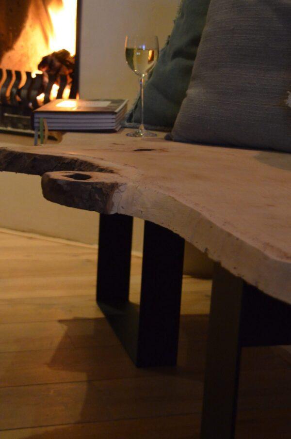 Boomstam bank tafel Mr Woodworm zwart stalen frame poedercoat houten blad bank close up