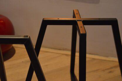 Stalen vier frame tafel zwart staal close-up